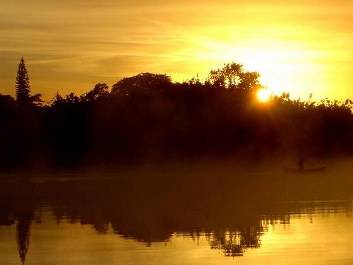 日の出の湯気だつ湖面