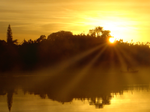 ドラマチックな日の出の冬の湖面